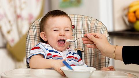 Dấu hiệu phân biệt trẻ 6 đến 18 tháng tuổi đói hay đã no